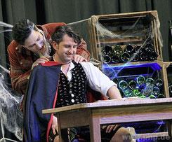 Dieses Stück hat Biss: Vampir Vladi (Günther Baier junior, r.) und Martl (Christian Fischer). Das Bühnenbild sorgt für Weinkeller-Atmophäre.