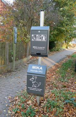 So sehen die Hunde-WCs aus: oben Tütenspender, unten Mülleimer. In jedem Burgdorfer Ortsteil steht eines.