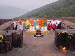 霊鷲山釈尊説法の香室跡