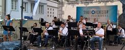 """Die BigBand des Stadtorchester Ravensburg beim """"Frohen Auftakt"""" am Rutenfest 2016 vor dem Lederhaus"""