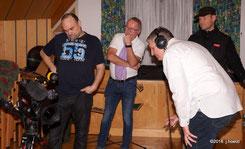 Chorleiter Richter Grimbeek prüft die Filmaufnahme