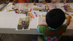 エコバッグに色を塗ったり絵を描いたりしている児童
