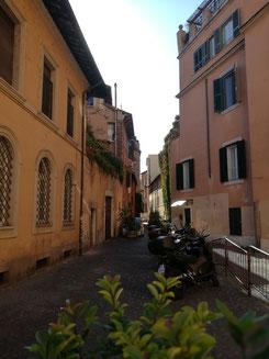 Eine kleine Gasse in Trastevere - fast menschenleer...herrlich!