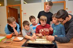 """Leckere Pizzataschen wurden von den Viertklässlern mit Hilfe der """"alten Hasen"""" aus Klasse 10 gebacken"""