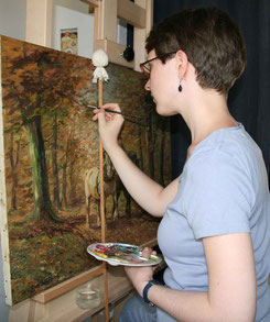 Diplom-Restauratorin Miriam von Gersum bei der Retusche eines Gemäldes eines privaten Kunstsammlers