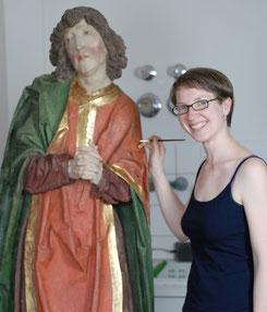 Diplom-Restauratorin Miriam von Gersum bei der Retusche einer Skulptur des hl. Johannes aus einer Kirche in Kiedrich