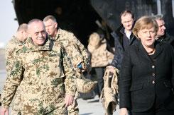 Hans-Werner Fritz, damals Generalmajor, begleitet im Dezember 2010 in Mazar-e-Sharif Bundeskanzlerin Angela Merkel bei ihrem Besuch im Regionalkommando Nord von ISAF. Foto: Jason Johnston/U.S. Navy
