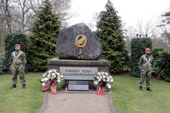 Mahnwache und Kranzniederlegung am Gedenkstein