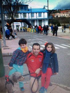 Lucas Carmona, junto a sus hijos, Lucas e Isabel, y su perra Pepa.