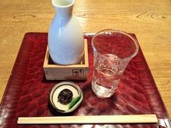 日本酒はこれひとつ。菊正宗の樽酒です
