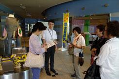 アケボノゾウ展示前で説明を受ける会員