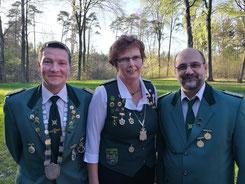 von links: Torsten Struß (2. Vorsitzender Vereinsgelände), Ulrike Kück (Maikönigin 2018), Jörg Hälßig (Schießsportleiter)