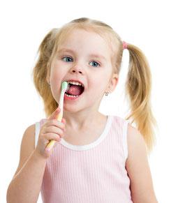 Richtige Kinderzahnpaste verwenden ( © oksun70 - Depositphotos )