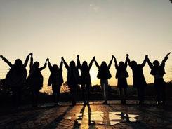 夕日と女性達