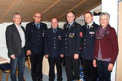 Josef Huber und Vorsitzender Bernhard Obermaier (3. und 4. v. links) wurden bei der Hauptversammlung der Freiwilligen Feuerwehr Oberham für 40-jährigen aktiven Dienst geehrt. Die Würdigung dieses langen Engagements nahmen vor (v. links): Wittibreuts Zweit