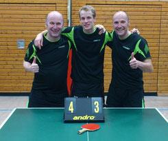 Bernd, Christoph und Martin freuen sich über den 4:3-Sieg gegen Betzingen.