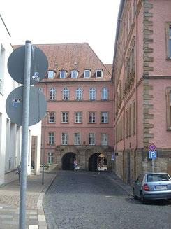 Ostausfahrt durch das ehemalige Regierungsgebäude an der Stelle des einstigen Petrustors