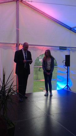 Hintes Bürgermeister Manfred Eertmoed überreicht Lena Meissner die Urkunde