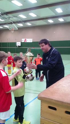 Fußball Jugendobmann Theo Jansen bei der Pokalübergabe an den Sieger des E-Jugend Turniers