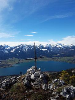 Sommerauerstein Gipfelkreuz über dem Wolfgangsee