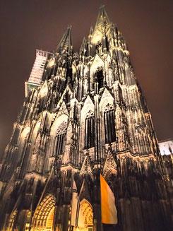 Der Kölner Dom bei Nacht - Am 5.1.2015 wird die Beleuchtung als Zeichen gegen PEGIDA abgeschaltet
