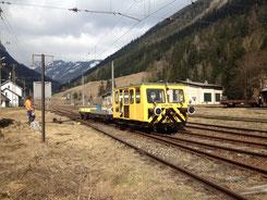 X626.126 im Einsatz mit zwei Bahnwagen