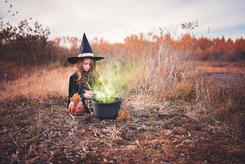 le conte de fée met en scène une sorcière qui est la dermatologue déguisée