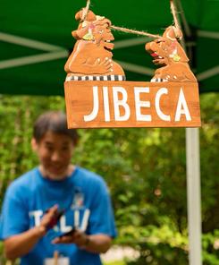 ルミカ氏(バリ島マス村)作のジベカ看板を掲げて「楽器屋台」オープン!