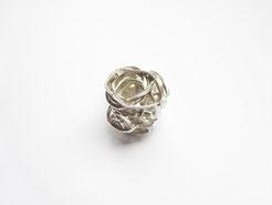 Une boule composée de spirales est vue de dessus, c'est une bague.