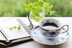 コーヒーと草花の絵