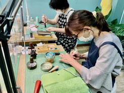 大阪のレザークラフト(革)教室 ヨコハマセリエ大阪心斎橋教室 生徒さん作業