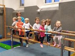 Sektion Eltern Kind Turnen, Helga Schönleitner, Kinder Mutter Vater, alte Volksschule, Gymnastik, Gesundheit