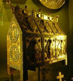 Une pièce du trésor de Saint-Marcel : châsse-reliquaire en cuivre et en émail champlevé (début XIIIème s.) exposée à New-York en 1996.