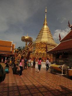 タイ仏教の聖地:ワット・プラ・タート。ここで、出張で全国を飛びまわるアキ兄にお守りを買ったよ!