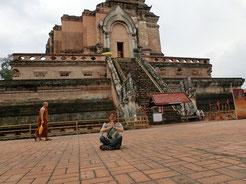 1411年建築のチェディ・ルアン。1545年大地震で半壊した姿の前で瞑想中・・・Σ(`‐ェ‐´)