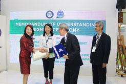 署名式  中央は、Yeo Bee Yin大臣
