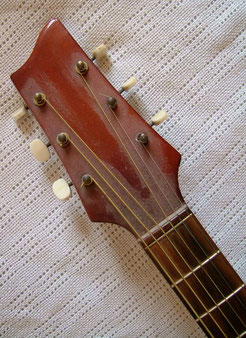 Beautiful headstock. The amount of dust clearly proves how old this guitar is...it`s from 1958!