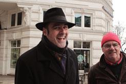 Corpus Delicti Tours - Kommissar Toll lacht über ein Witz eines Tour Teilnehmers