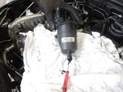 Verstopfter Motorölabscheider einer PKW-Kurbelgehäuseentlüftung.