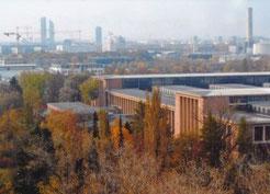 Die gigantische Halle wurde Anfang des 2. Weltkriegs als Reparaturhalle für die kriegswichtigen Dampf-Lokomotiven gebaut. Tausende Zwangsarbeiter waren dort eingesetzt (Foto: Feuchtner 2008)