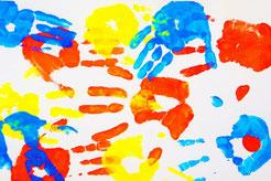 Bild von Handabdrücken syrischer Frauen: Auf ihrer langen Reise mussten sie in jedem Land Fingerabdrücke hinterlassen.  Elena Deidenbach hat mit den Frauen gemeinsam einen Weg gefunden, die Erlebnisse künstlerisch ins Positive zu kehren.