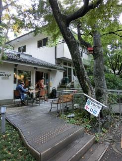 ●駅から歩いて20分ほど、おたカフェに到着です。木立ちに囲まれたすてきな雰囲気です