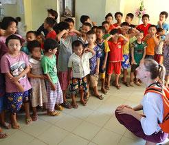 Enfants sourds et malentendants de l'institut Mary Chapman (Yangon) que PASDB soutient.