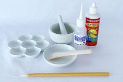 ダイブロット99の専用備品、薬品セット。筆、ヘラ、すり鉢、小鉢、花型皿、漂白剤、トリプラーゼのセット。黄変取りに使うことで効果大