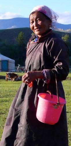 Femme mongol à la traite proche d'Uliastai