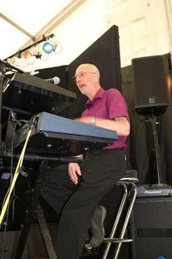 Etienne, claviers et chant depuis 2011
