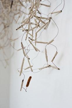 Bild: Wandinstallation aus Tonhülsen mit Kupferdraht