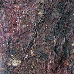 detailansicht:Hautartige, faltige,rissige Oberfläche von ungebrannten Tonblock mit