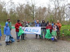 Rund 25 Naturfreunde kamen zur Müllsammel-aktion des NABU, die Christoph Knappe (rechts) organisiert hatte. Fotos: Carola Bodsch