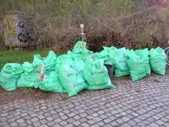 Der aufgesammelte Unrat fülllte am Ende etwa 20 Müllsäcke. Außerdem wurde noch sperriger Müll und Altglas gesammelt.